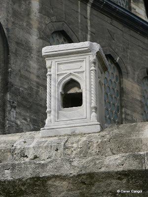 Yeni Cami Muvakkithanesi Yanındaki Duvar Üstüne Konulmuş Kuş Evi