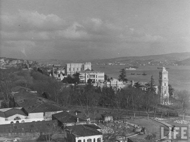 Sol tarafta Dolmabahçe Sarayı'nın Has Ahırları, Tiyatro Binası Yıkıldıktan Sonra. Margaret Bourke-White Fotoğrafı, 1940