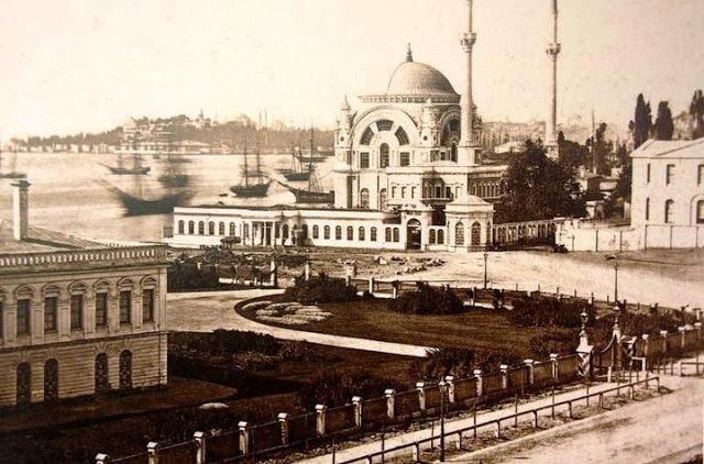 Dolmabahçe Camii Muvakkithanesi Eski Yerinde İken. Tiyatro Binası Sağda Kısmen Görünmektedir.