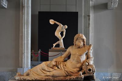 """Okeanos Heykeli ve Müzede bir dönem sergilenen """"Disk Atan Atlet"""""""