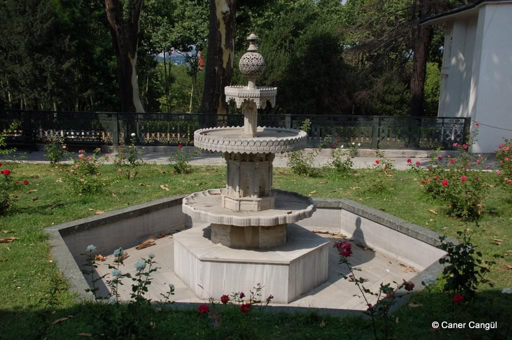 Lale Bahçesi'ndeki Fıskiyeli Havuz