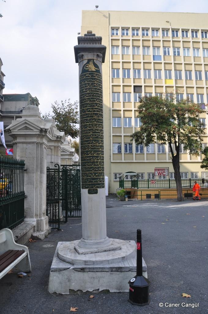 Sultan III. Selim Nişan Taşı (Teşvikiye Camii Giriş Kapısı)