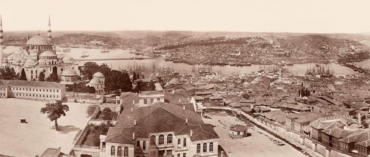 James Robertson'un 1854 tarihli panoramasında sağda görünmektedir